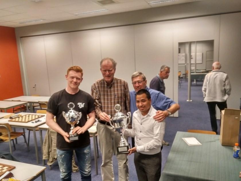 De dammers van WSDV wonnen in de derde ronde van de Ereklasse-competitie met 11-9 op bezoek bij Witte van Moort. Daarbij wonnen onder andere Jan Groenendijk en Fred Ivens (links en rechtsachter, op archieffoto na de winst van de Gelderse Beker in mei 2018) hun partij.