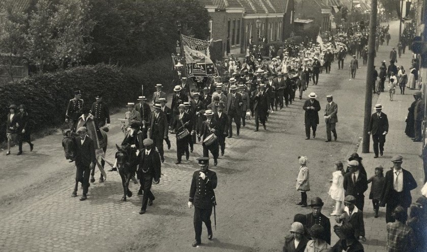 Een Rooms-Katholieke processie trekt in 1925 door de Burgerhoutsestraat in Roosendaal.