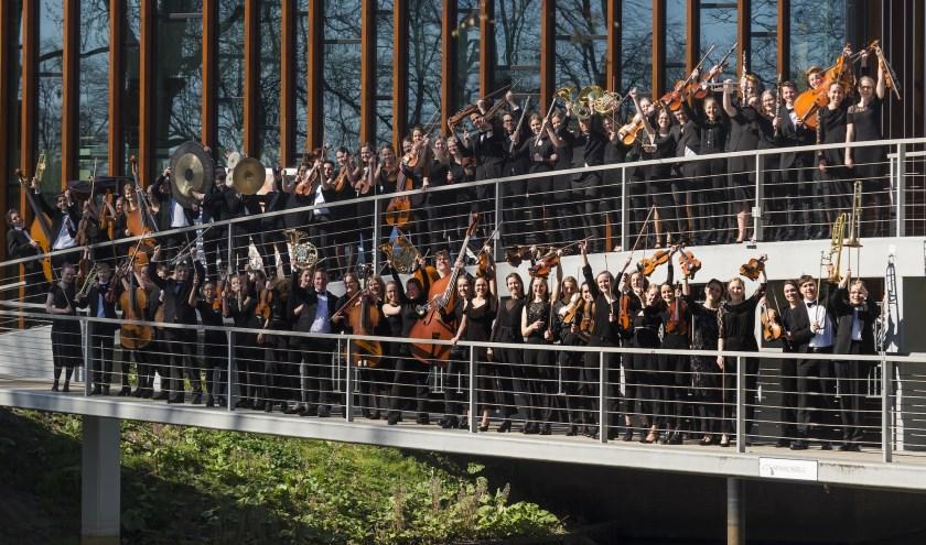 Jeugdsymfonieorkest de Vuurvogel op de brug bij Theater De Spiegel.