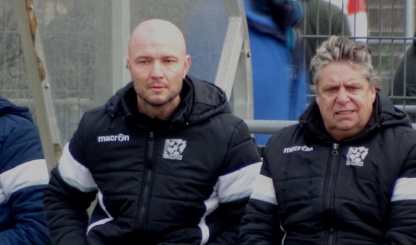 """Jerry Visser (rechts) zat vorig seizoen als assistent van hoofdtrainer Danny Schenkel op de bank bij Zwaluwen: """"Dat was een fantastisch jaar"""". Bij VOB was dat wel even heel anders.(foto DPG/gsv)"""
