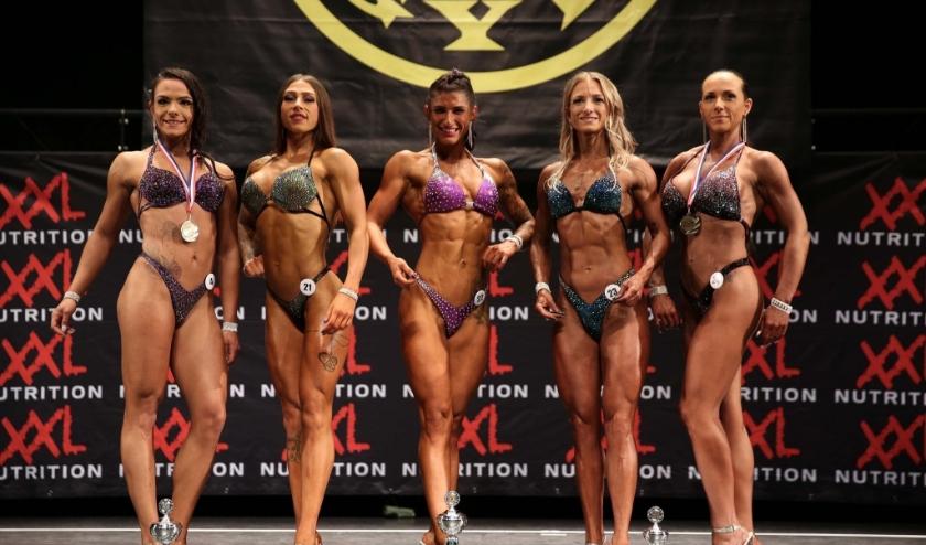 De Rosmalense Jacky Gevers (midden) heeft zich geplaatst voor het Europees Kampioenschap Bodyfitness, na winst in een eerdere wedstrijd.