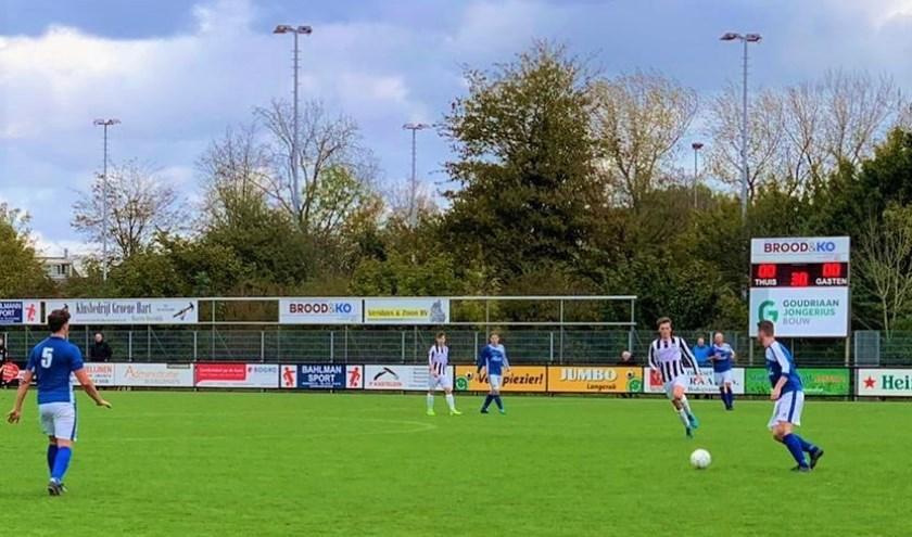 In de eerste 45 minuten schotelden de twee ploegen de toeschouwers een pover potje voetbal voor. Dat veranderde in wedstrijddeel twee. Foto Danny de Vries