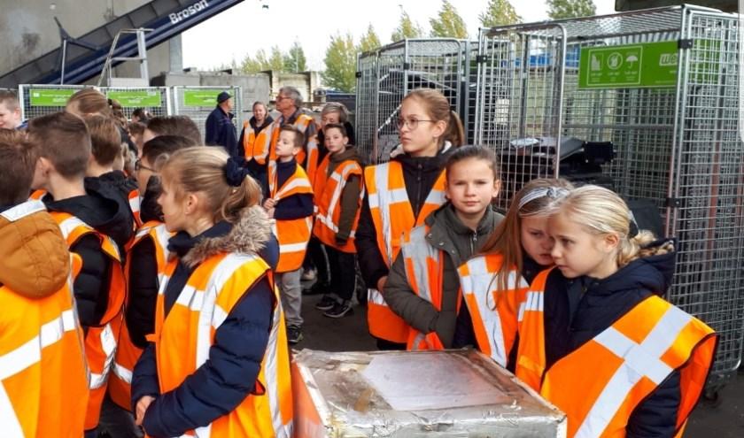 De leerlingen van groep 7 van Basisschool De Vijfhoeven uit Vlijmen zijn op 7 november op excursie geweest naar de Afvalstoffendienst in Den Bosch.