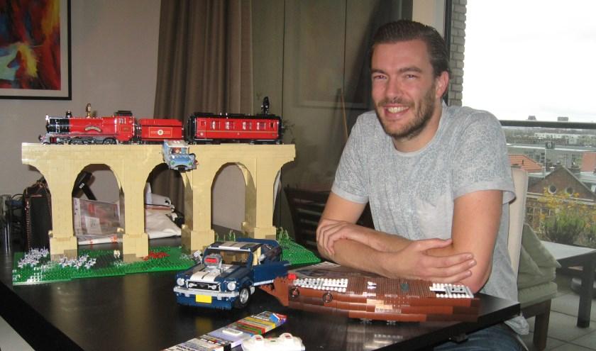 """Lars bij de Harry Pottertrein en het piratenschip waaraan hij momenteel werkt. """"Ik heb altijd wel zo mijn projectjes.'"""
