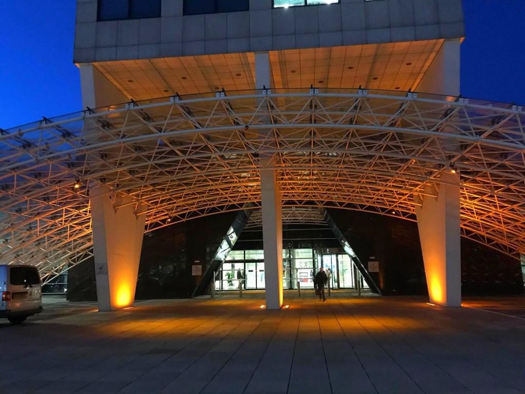 Provinciekantoor in de oranje schijnwerpers  © DPG Media