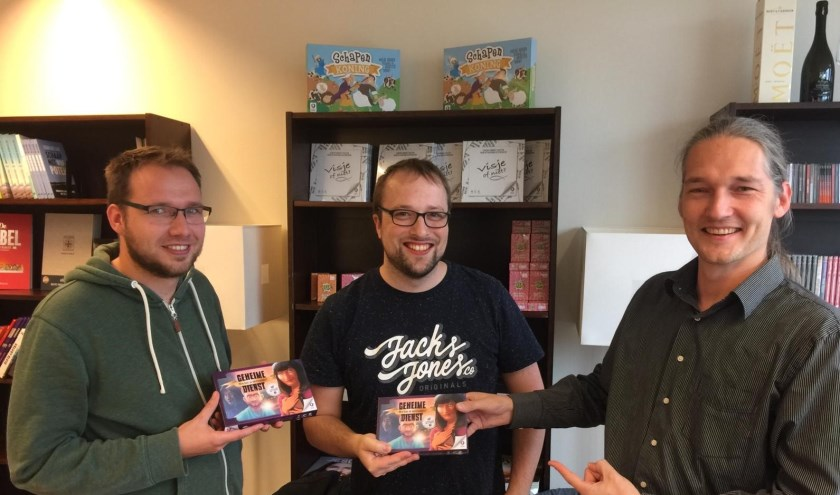 Overhandiging van eerste exemplaar. v.l.n.r. Niek, Timon, Henk (Neema). (foto: Jan Dirk Kleijne)