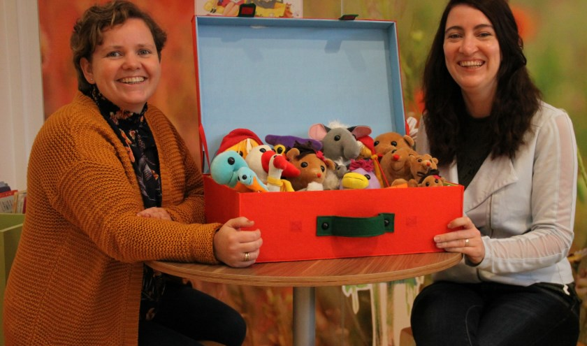 """Corine Verspui (rechts) en Annelieke van Daalen met de koffer van Lilaland: """"Onderzoekend en ontwerpend leren geeft kinderen en professionals veel plezier."""" (Foto PR)"""