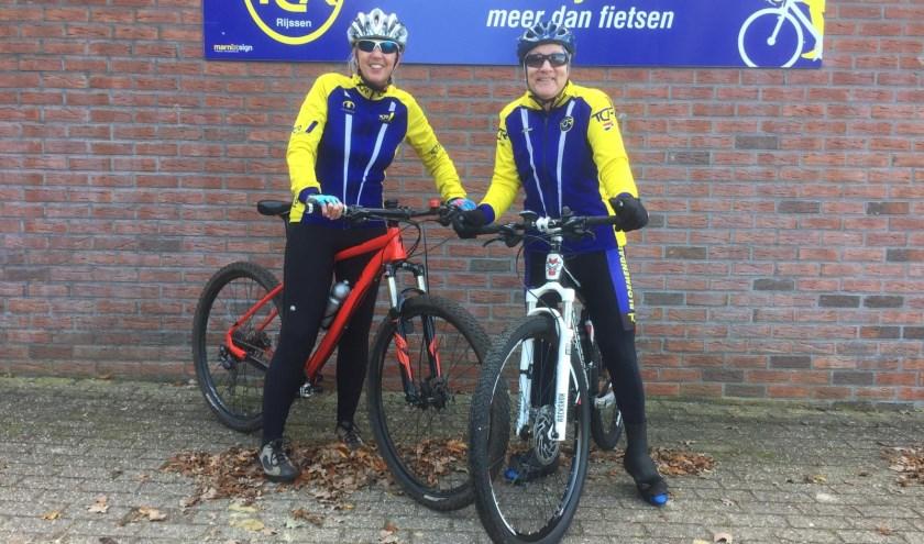 Jennita Poortaam  Joke Knobbe, beiden al jarenlang lid van Toruclub Rijssen, hopen dat meer vrouwen mee gaan fietsen. (Foto: Tourclub Rijssen)