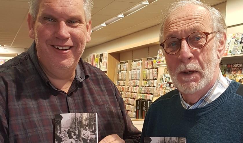 Arie van Ede (rechts) presenteerde zijn boek aan Arie Hagers van boekhandel 'Bij Arie' in Puttershoek.
