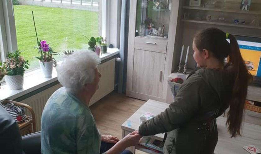 Oudere bewoners erg blij met het bezoekje en de plantjes.