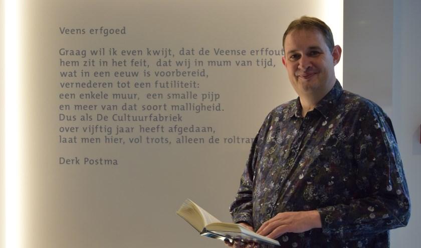 Stadsdichter Derk Postma helpt mee om Sinterklaasgedichten te maken.