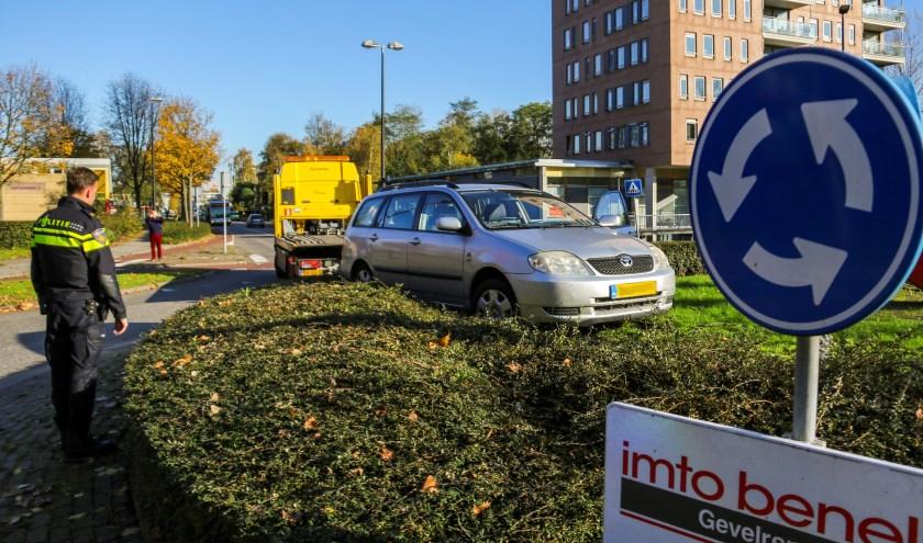 Auto belandt op rotonde aan de Lepelaarsingel. Foto en Tekst: GinoPress
