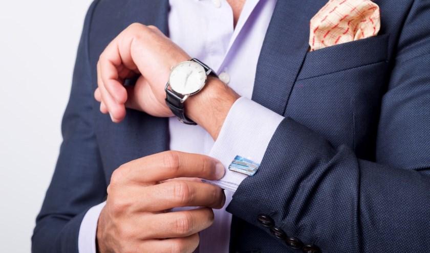 Een manchetknoop is een luxueuze en subtiel hulpmiddel om de manchet van het overhemd dicht te maken.