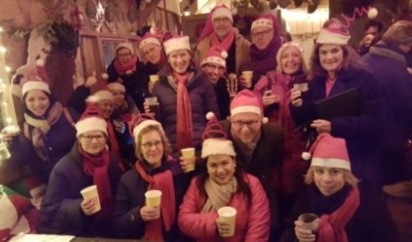 De leden van Theaterkoor Marcello hebben zich alvast in kerst-outfit gestoken. (Foto: PR Marcello)