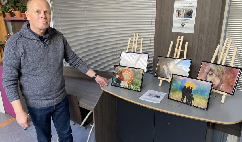 Wilfred van Vugt voor zijn expositie van bewerkte foto's en illustraties in De Bergspil. Begin volgend jaar is er weer een demonstratie.