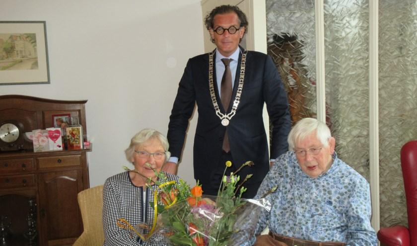 Locoburgemeester Klomps brengt een bezoek aan het echtpaar Van den Akker. Tekst en foto: Ria van Vredendaal