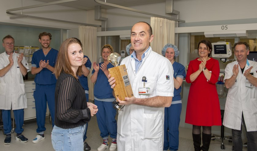 Neurochirurg Paul Depauw neemt de prijs in ontvangst.