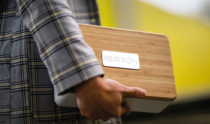 De box is oplaadbaar via een meegeleverde usb-c oplader en kan met één keer laden drie maaltijden opwarmen.
