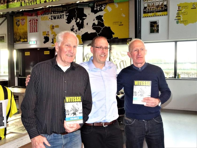 Ferry Reurink  (midden) presenteerde tijdens de afsluitende bijeenkomst van 'Football Memories' zijn boek 'Vitesse in de jaren 70'. Het eerste- en tweede exemplaar overhandigde hij aan oud-spelers Roel Zaaijer (links) en Jacques Cleeren.