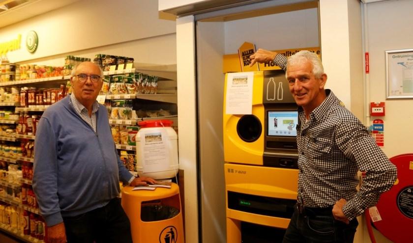 Fred Bisschop (links) en Aart Reitsma (rechts) bij de flessen automaat van de Jumbo