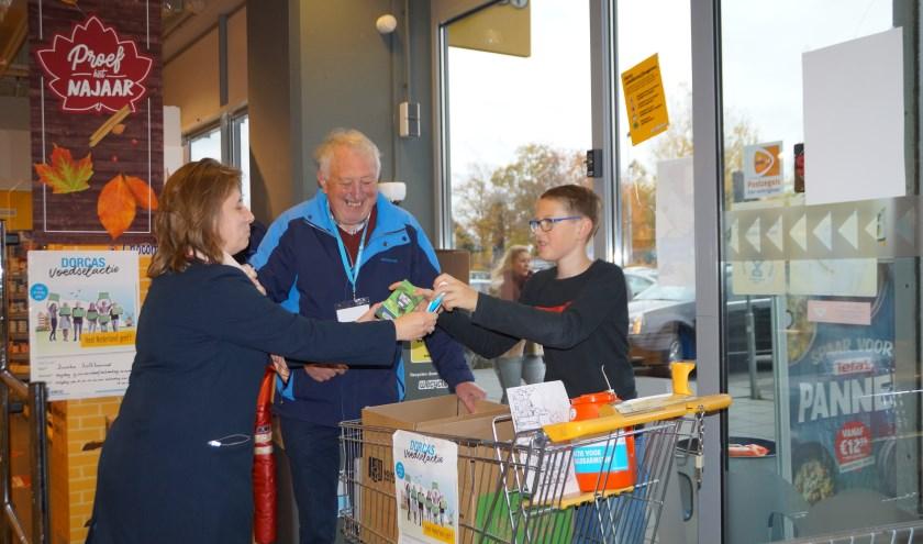 Bij elf supermarkten in de Bommelerwaard staan vrijwilligers van Dorcas.