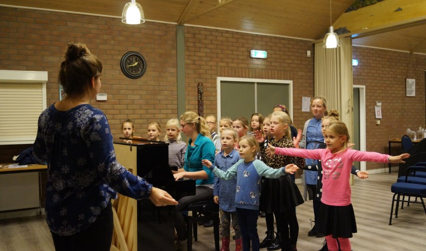 Met Paula Kesting als dirigent en Jelline Bragt achter de piano wordt er elke woensdagavond goed geoefend! Wil je een keertje meedoen?