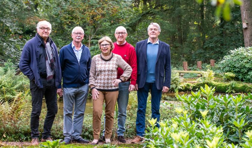Het bestuur van Stichting Glaskunst (met voorzitter Willem Dicou geheel rechts) is trots op de expositie.