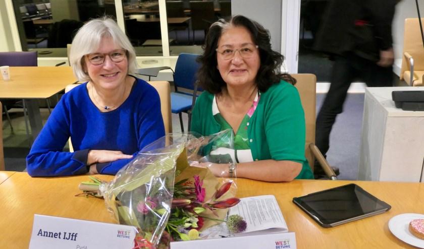 De fractievoorzitter van de PvdA Annet IJff (l) is blij dat met de komst van Hennie Challik de partij met veel kennis wordt versterkt.