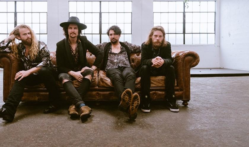 De internationale band the folk Road Show brengt muziek die doet denken aan onder andere Crossby, Stills, Nash & Young