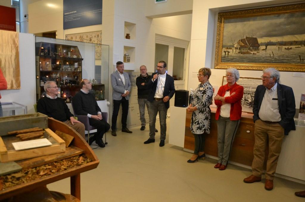 De oud-Ritmeester directeuren Geurt Valkenberg (aan de microfoon) en Frans van Schuppen jr (rechts) openden de expositie. (Foto: Annemiek Schweinsberg)  © DPG Media