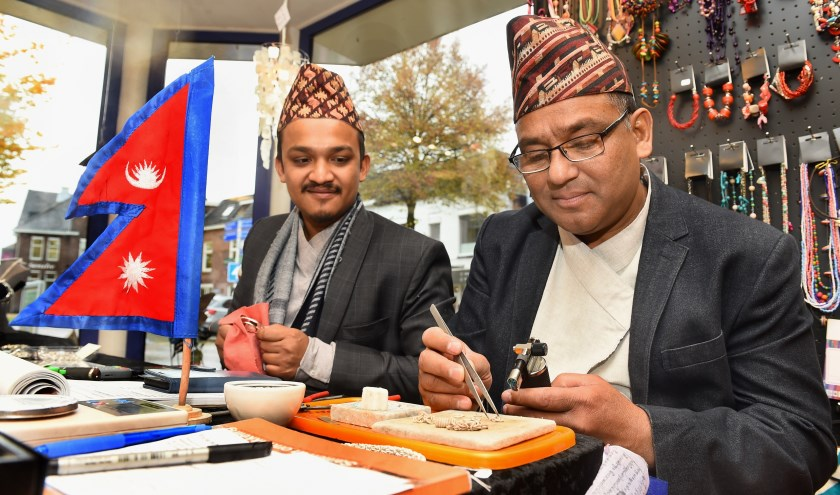 Jos Cherek (links) en zijn vader Dambar Bahadur Bishwokarma. (foto: Roel Kleinpenning)