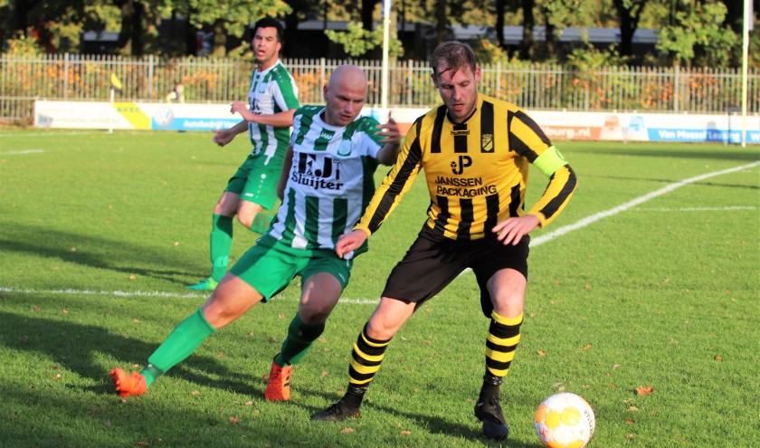 Baardwijk-aanvoerder Ton Sleenhof is een uitstekende voetballer en sterk aan de bal. Hij kon zijn ploeg toch niet aan een overwinning helpen. Foto: Wout Pluijmert