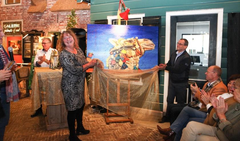 Wethouder Johan Quik onthult samen met schilderes Erlinde het doek 'Oscar' als symbool voor de opening. (Foto: pr)