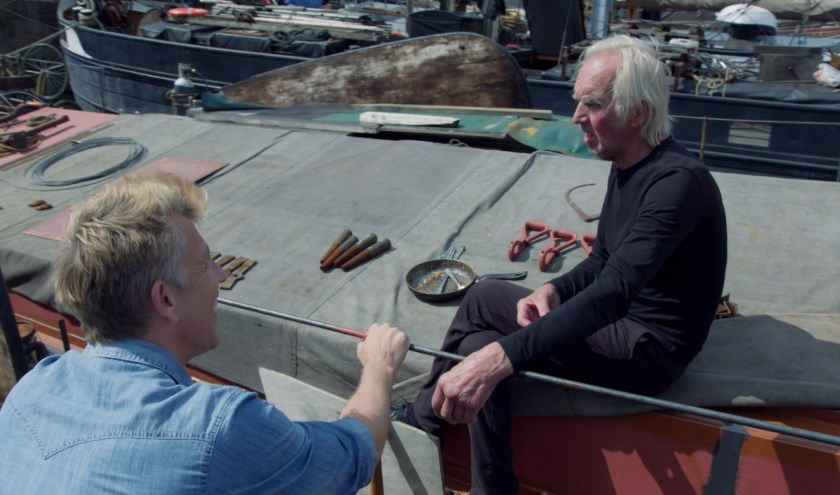 Waldemar Torenstra met een schipper in de Oude Haven van Rotterdam (still uit aflevering)