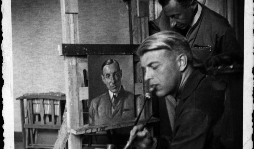 Jan de Quay en de schilder Karel van Veen met het portret van De Quay in het gijzelaarskamp te Haaren of Sint Michielsgestel, 1942. Fotocollectie: BHIC