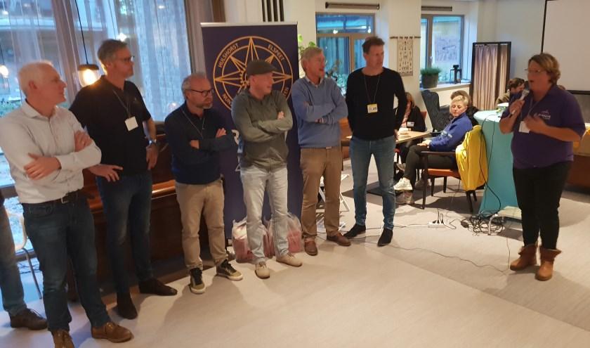Op de foto een delegatie van Lions Club Nunspeet en rechts Marleen Kragt, coördinator Stichting Present. (Foto: Stichting Present)