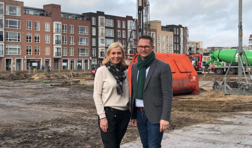 Louise Reede en Marco van Bemmelen bij het project Brouwershof in het centrum van Veenendaal. Waar de woningen worden gebouwd is nu goed te zien. (Foto: PR)