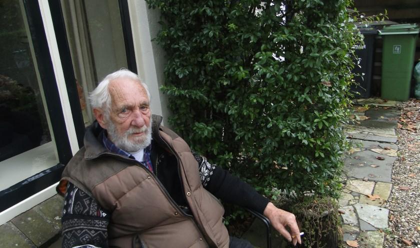 IJsselsteiner Wous Hilhorst in zijn voortuin. ''Niet bijster gelukkig met het gemeentelijk groenbeheer.''