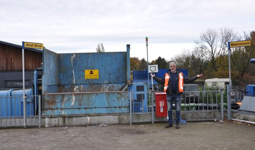 Milieustraatbeheerder Huub Peek: 'een totaal kapotte matras mag in geen van deze containers.' FOTO: Julie Houben