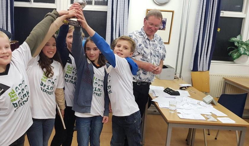 De Van den Brinkschool was bij de pupillen oppermachtig. V.l.n.r. Nico Geesink, Naomi Boeren, Daniël Schmidt, Teun Beysens en Thijs van der Kolk heffen de kampioensbeker hoog. (foto's: Marcel Monteba)