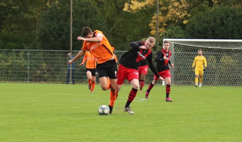 Justin Beemsterboer wint zijn duel met de aanvoerder van Terneuzense Boys en gaat op weg naar de 0-1. (Foto: Edwin Schreurs)