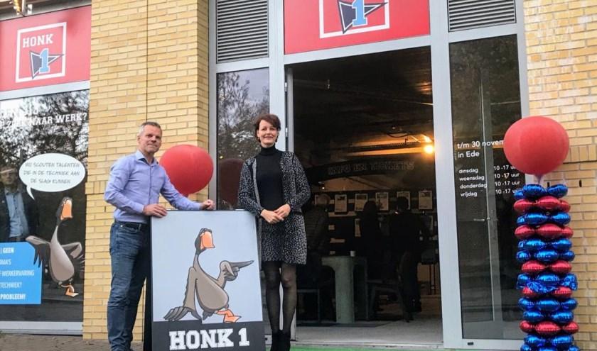 Op de foto v.l.n.r. initiatiefnemer Jaap Hermsen en wethouder Hester Veltman, voorzitter van de arbeidsmarktregio Foodvalley voor de pop-upstore.