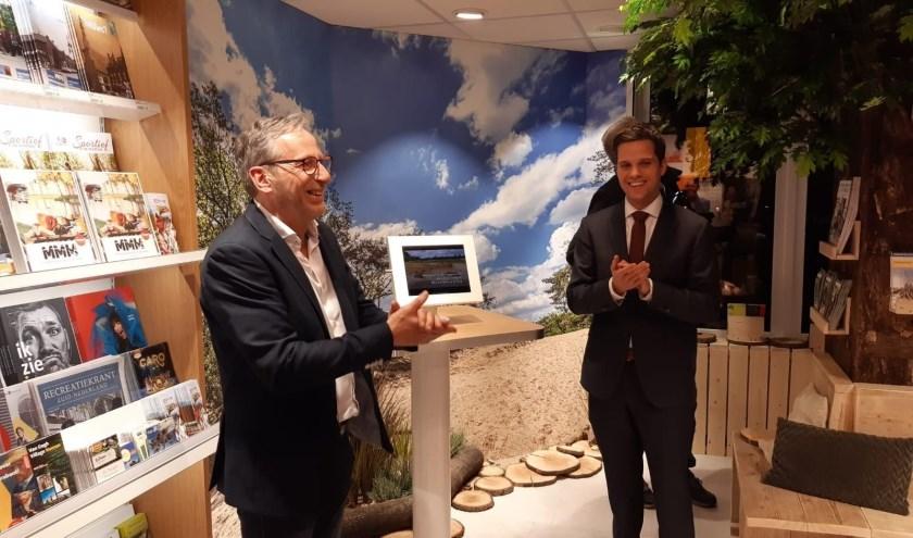 De feestelijke opening van het Toeristisch Informatiepunt in Kaatsheuvel met exploitant Gerard van Wezenbeek van Primera Kaatsheuvel en wethouder Frank van Wel van de gemeente Loon op Zand.