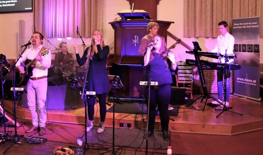 De band Rinon heeft onlangs hun laatste kerkdienst ooit begeleid in Enter. (Foto: Stef Rohaan van de Jeugdcommissie Enter)
