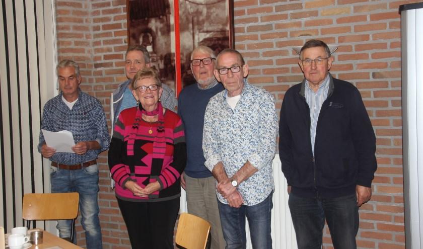 De leden van de locatieraad en de werkgroep oud papier. Vlnr: Martin Harmsel John van Dam, Nel Oude Nijhuis, Johan Hassing, Martin ten Hooven en Henk Goossen.