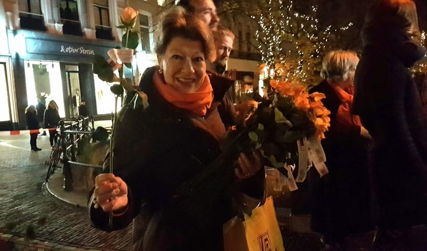 Zonta Utrecht deelt rozen uit: stop geweld tegen vrouwen!