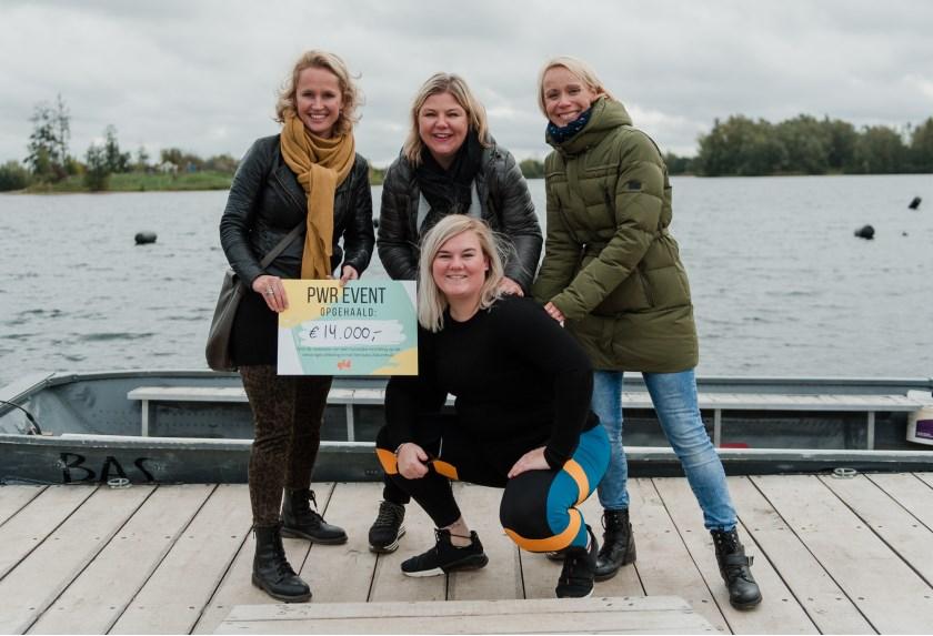 Claudia Luppes (voorgrond) overhandigt een cheque van 14.000 euro aan (vlnr) Judith Krans, Marijke Maalderink en Chantal van Aken van Rijnstate.