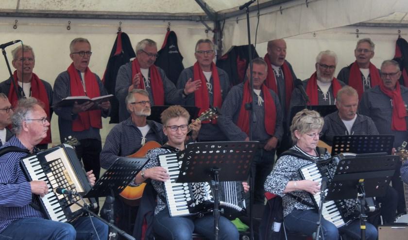 Die Regghe Sangers met Fenny Hammers (links) en Ria Bijsterbosch op accordeon. De dames zijn een welkome aanvulling. (Foto: Minie Kiviets)