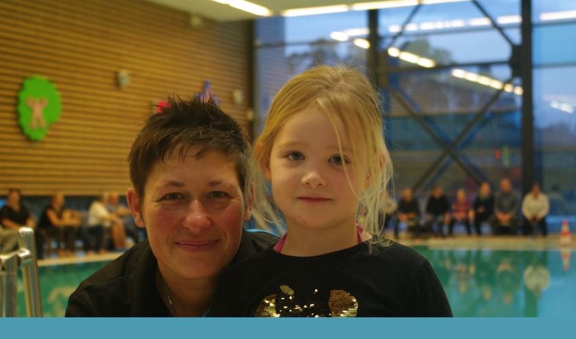 Esther met de driejarige Guusje, vlak voor het afzwemmen. Ondanks alle aandacht zwom Guusje als een vis. (Foto: A. van Ipenburg)