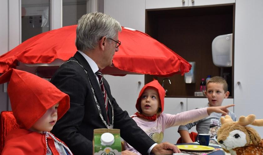 De burgemeester aan tafel bij de kleutergroep De Regenboog